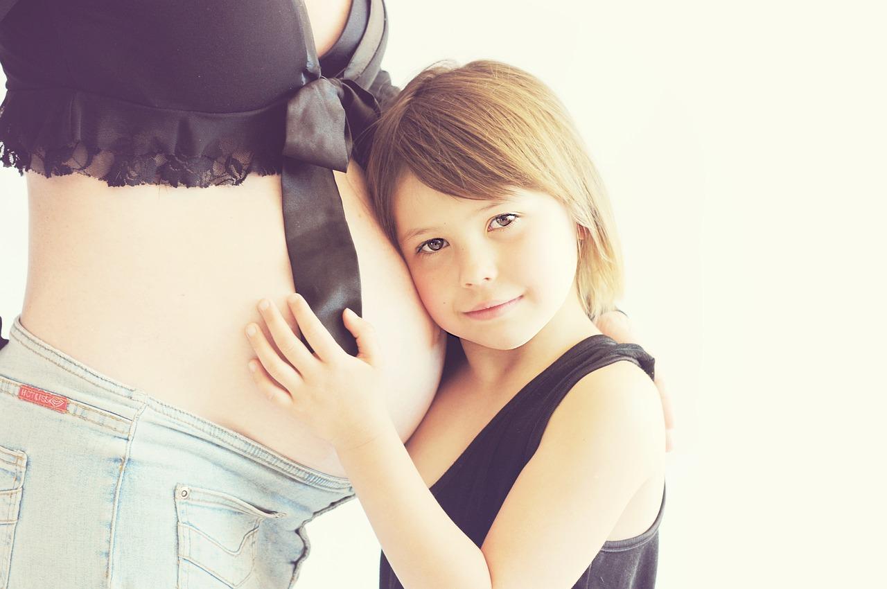 femme enceinte et enfant fille