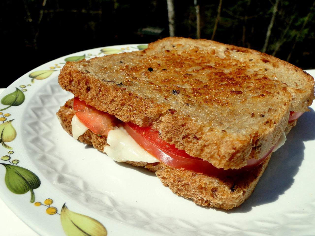 Sandwich chaud au Fromage mozzarella et à la tomate
